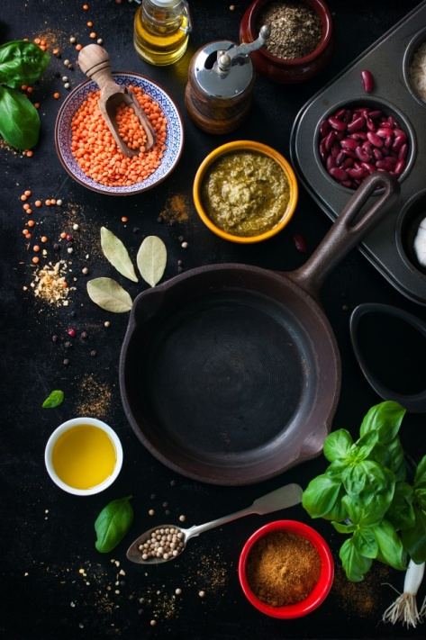 frying-pan-empty-and-assorted-spices_1220-558